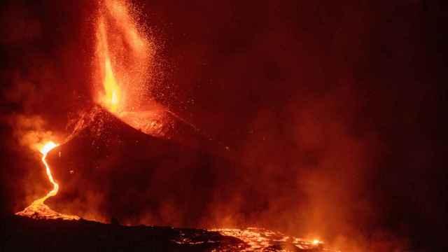 En imágenes: el volcán de La Palma forma un gran río de lava tras unas horas de pausa