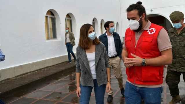 La ministra de Derechos Sociales, Ione Belarra, durante su visita a los trabajadores públicos en la erupción de La Palma.