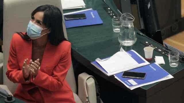 La vicealcaldesa de Madrid, Begoña Villacís, conversa en una sesión ordinaria del Ayuntamiento de Madrid, a 28 de septiembre de 2021, en Madrid.