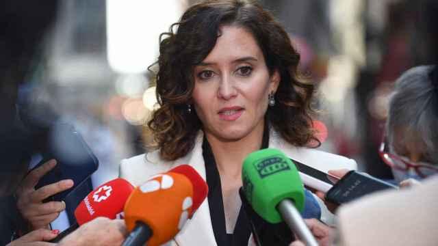 La presidenta de la Comunidad de Madrid, Isabel Díaz Ayuso, ofrece declaraciones a los medios en la zona de la Quinta Avenida, en Nueva York.