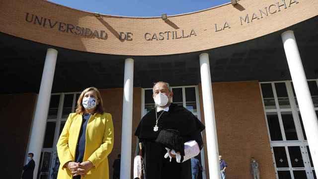 La consejera Rosa Ana Rodríguez y el rector Julián Garde. Foto: UCLM.