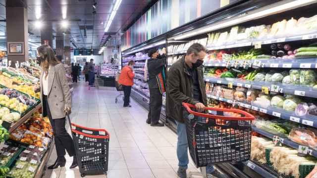Un hombre comprando en un supermercado en una imagen de archivo.