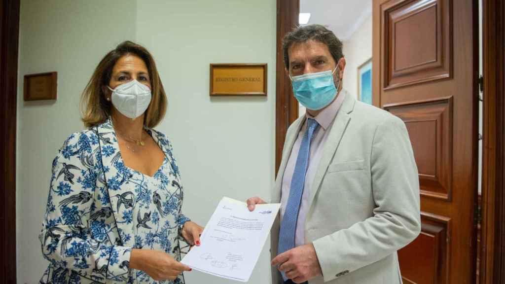 Los diputados populares Isabel Borrego y Juan Luis Pedreño, este jueves, presentando la Proposición no de Ley en el Congreso.