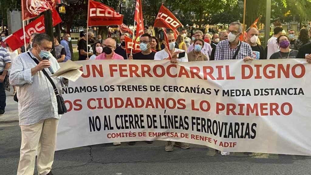 Juan Antonio Conesa, de la Plataforma en Defensa del Ferrocarril, leyendo un manifiesto en la manifestación del sábado en Murcia.