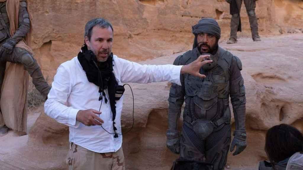 El director Denis Villeneuve y Javier Bardem, durante el rodaje de 'Dune'.