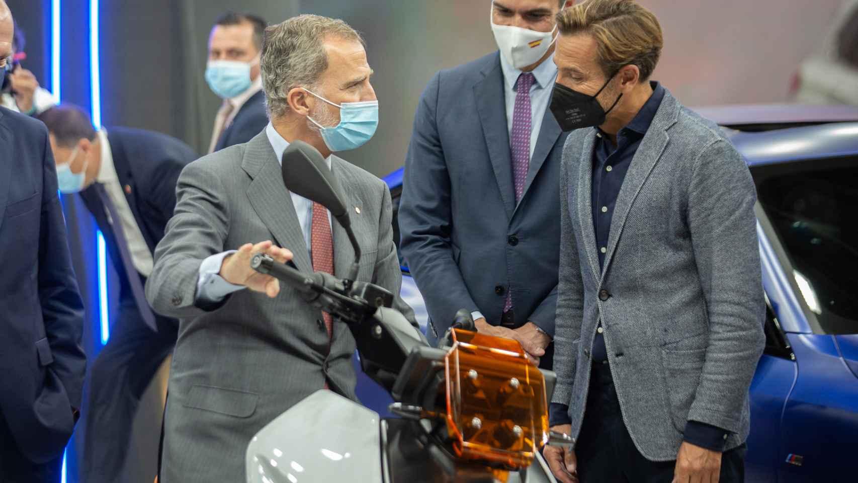 El Rey Felipe muestra su afición (y su apoyo) a la industria del motor en el Salón de Barcelona