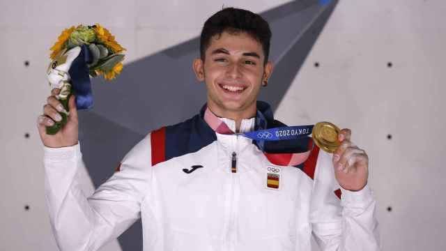Alberto Ginés posa con el oro olímpico en escalada en Tokio 2020