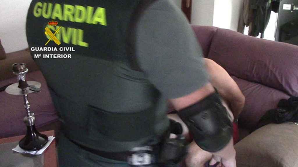 La Guardia Civil, realizando el registro en el domicilio en presencia del detenido.