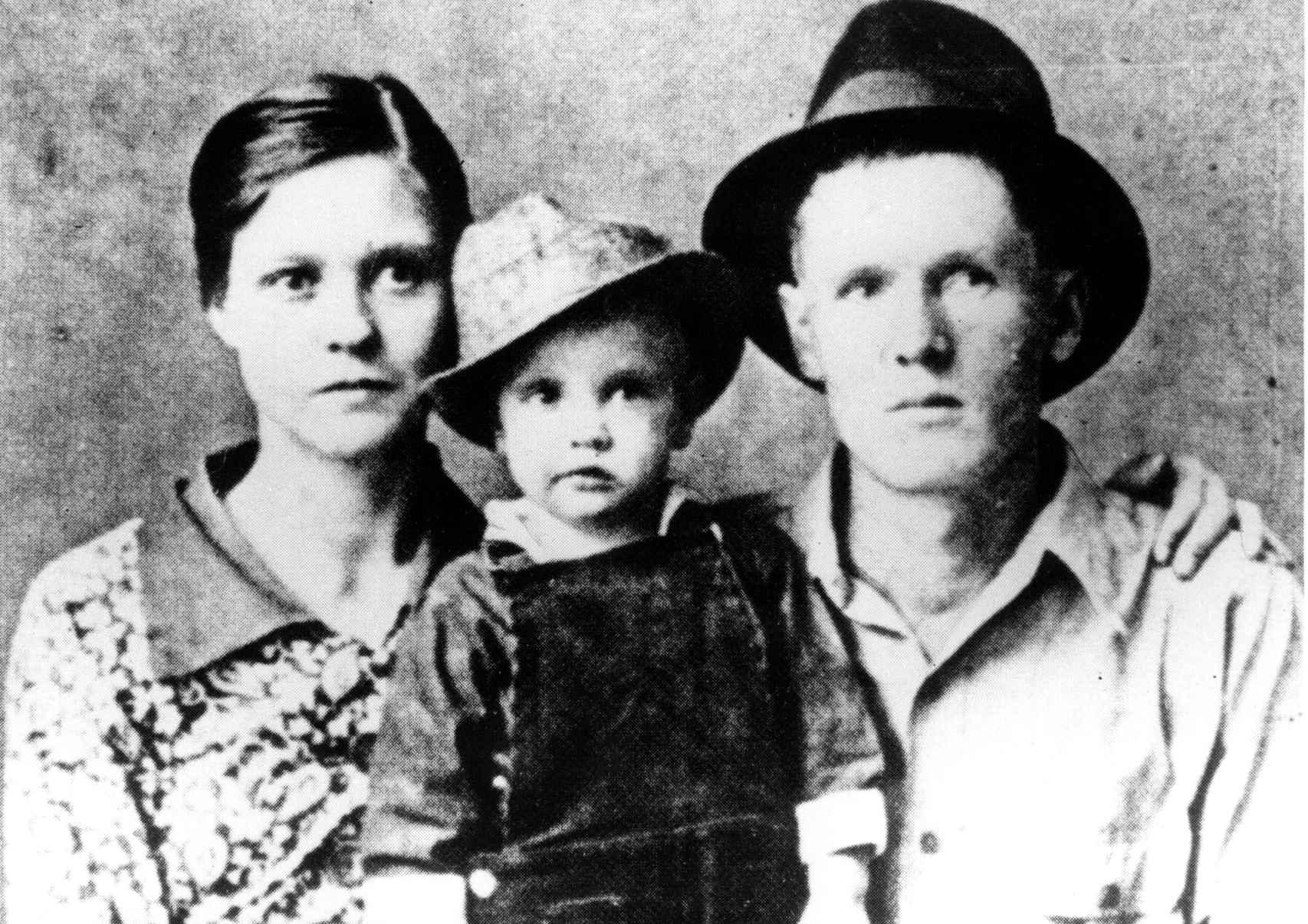 Vernon y Gladys Presley junto con su hijo en 1937.
