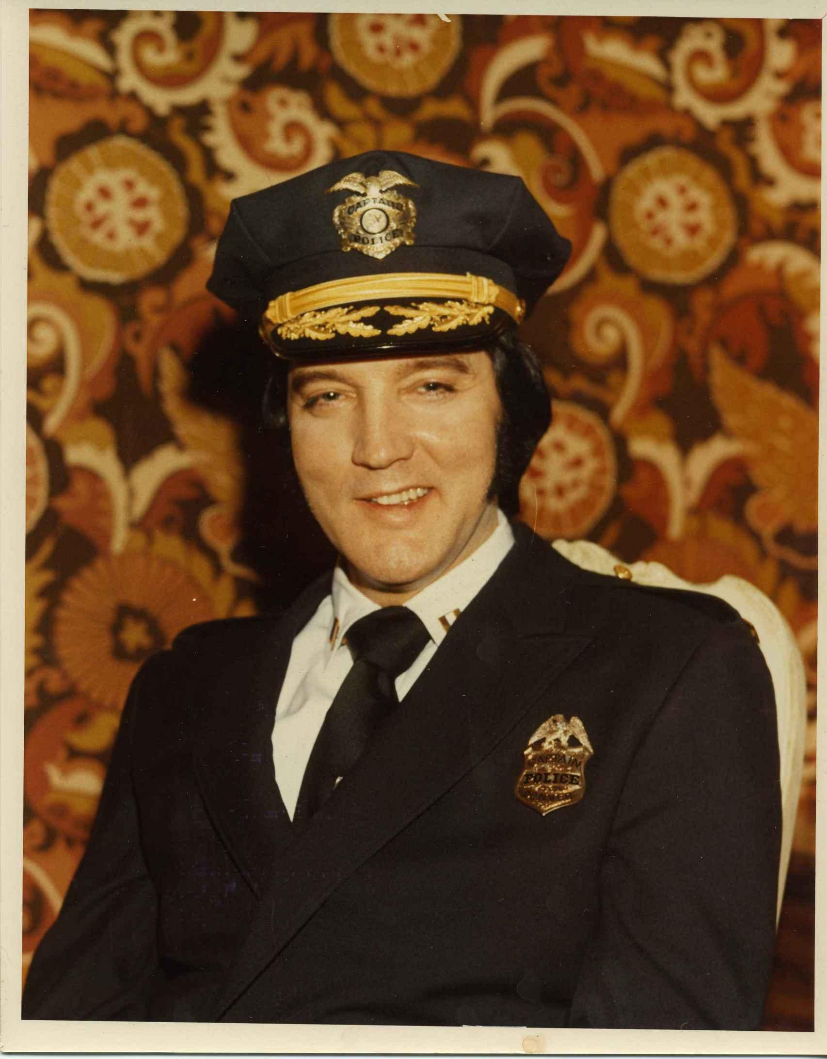 Elvis con su placa de policía de la ciudad de Denver.