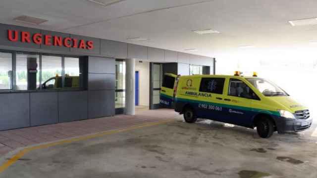 Una ambulancia junto al Servicio de Urgencias