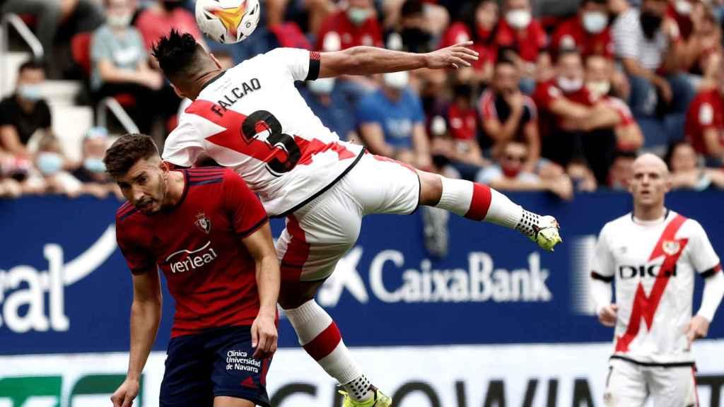Falcao busca un balón por alto ante Osasuna