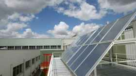 Paneles solares que generan energía para calentar el agua