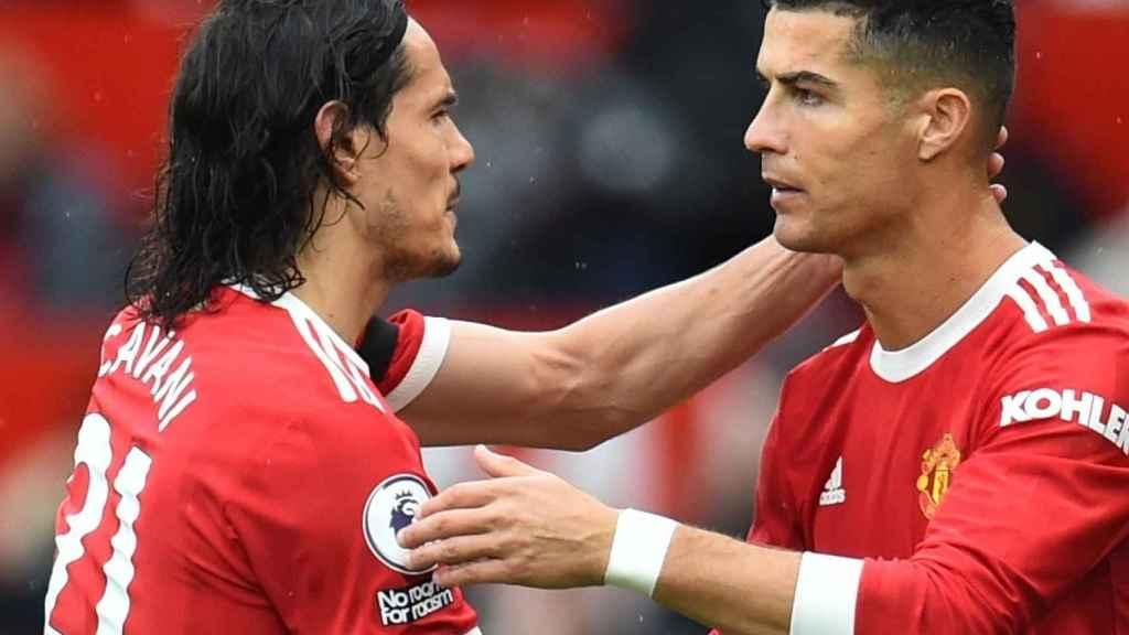 Cavani se saluda con Cristiano Ronaldo