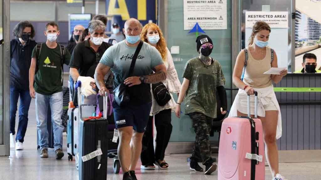 Unos viajeros llegando en el aeropuerto