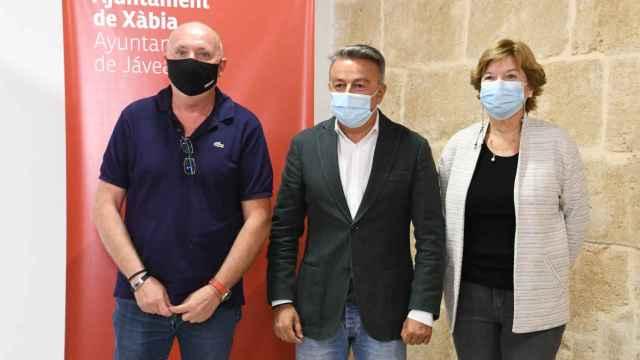 El alcalde socialista José Cholvi, en el centro, con Juan Ortolá, de CPJ y con la también socialista Doris Courcelles.
