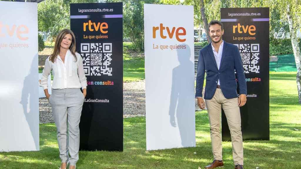 Diego Losada presenta el 'Telediario Fin de Semana' junto a Lara Siscar.