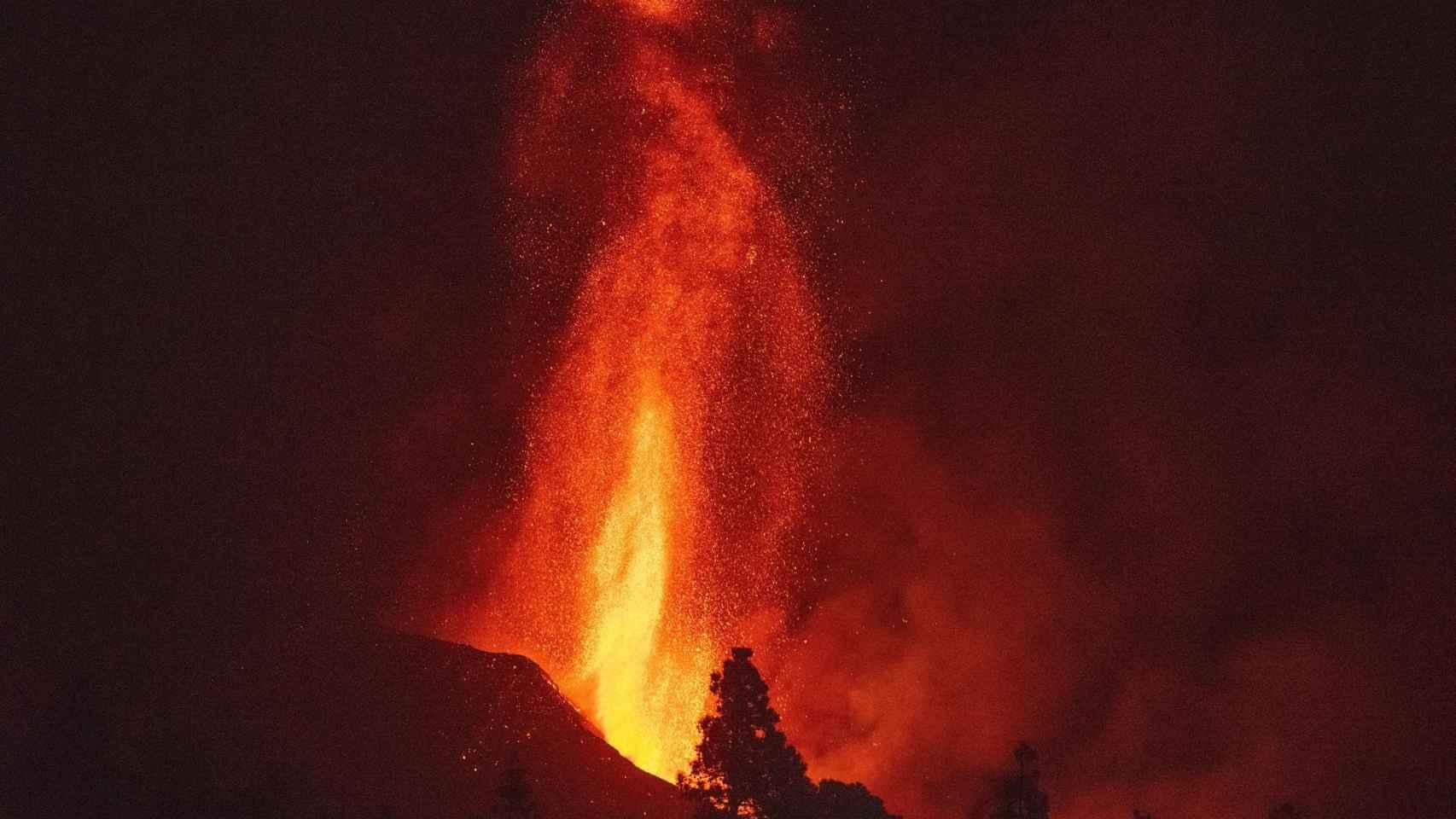 La lava del volcán de La Palma alcanza los 700 metros de altura. Efe