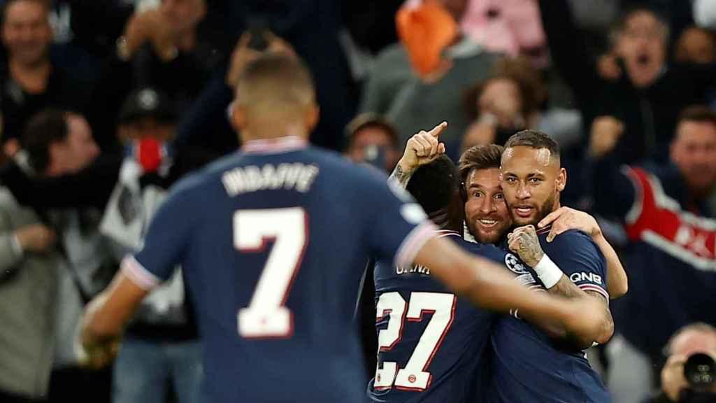 Messi y Neymar buscan con la mirada a Mbappé en la celebración de un gol