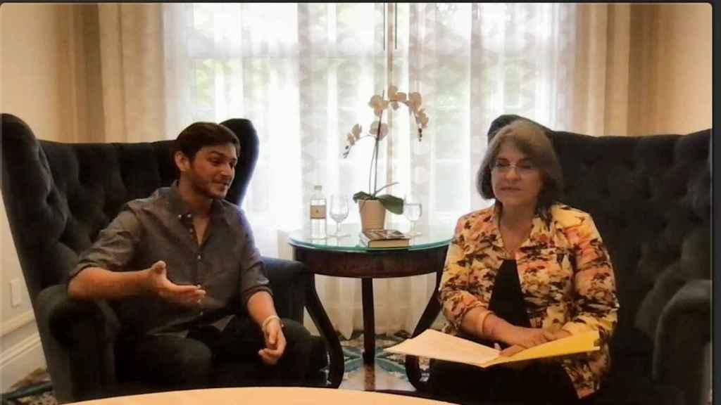 El joven prodigio Michael Sayman durante la conversación con la alcaldesa de Miami Dade.