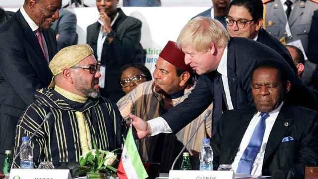 El rey de Marruecos, Mohamed VI, junto al presidente de Reino Unido, Boris Johnson.