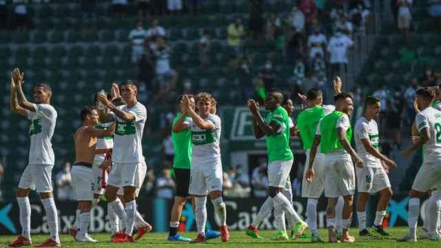 Los jugadores del Elche celebran la victoria ante el celta.