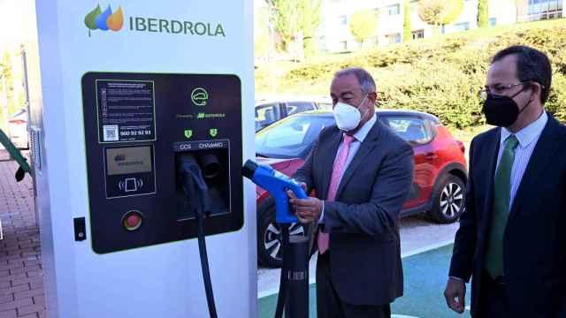 El nuevo punto de recarga de vehículos eléctricos instalado en el campus de Cuenca.