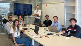 Parte del equipo de Entrii en la aceleradora Lanzadera con su plataforma digital para democratizar el comercio con China al fondo.