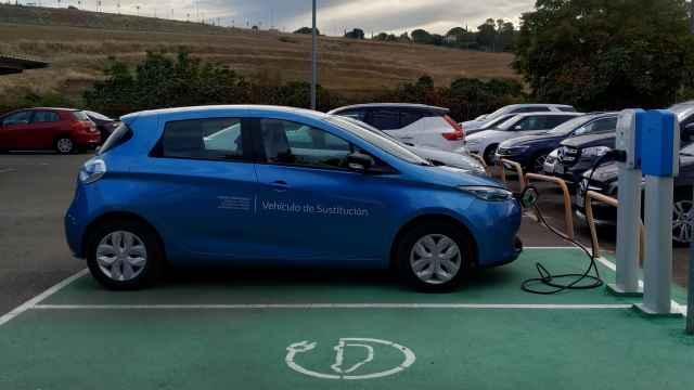 Imagen de un coche eléctrico en una estación de recarga.
