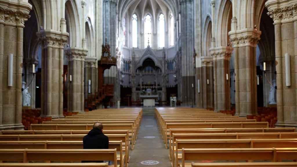 Un hombre reza en el interior De la Iglesia de Saint-Martin, en Nantes.