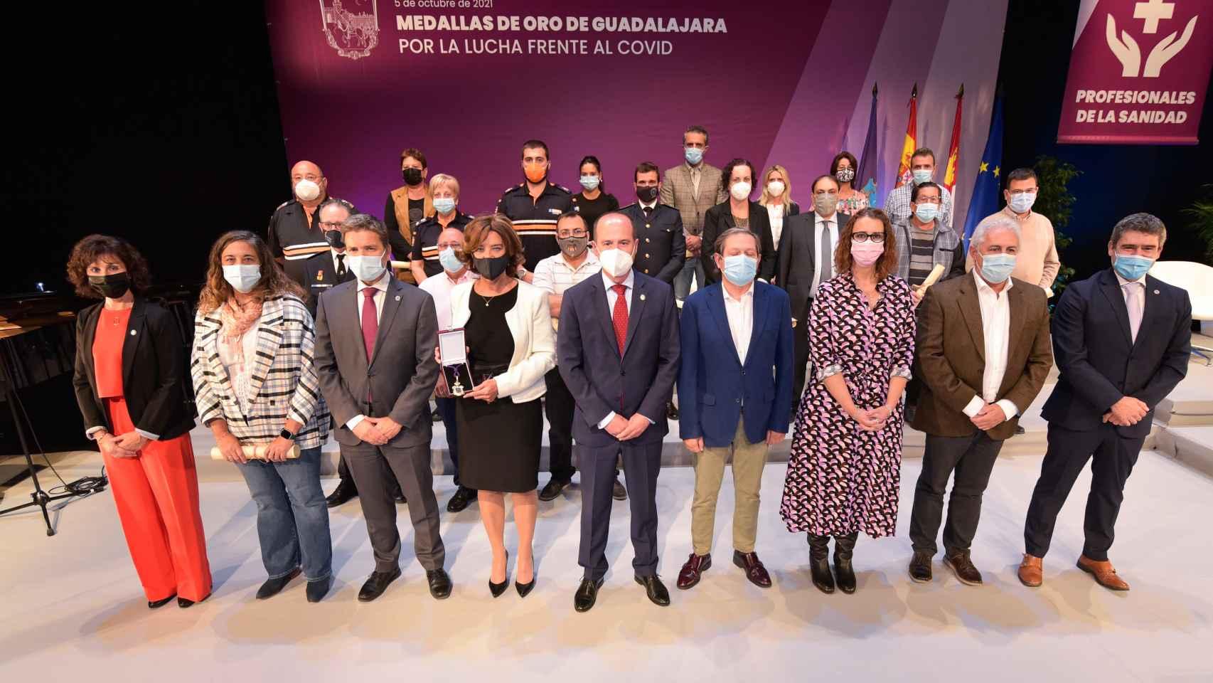 Acto de entrega de la medalla de oro de a los profesionales de la sanidad, la comunidad educativa y el personal municipal de Guadalajara