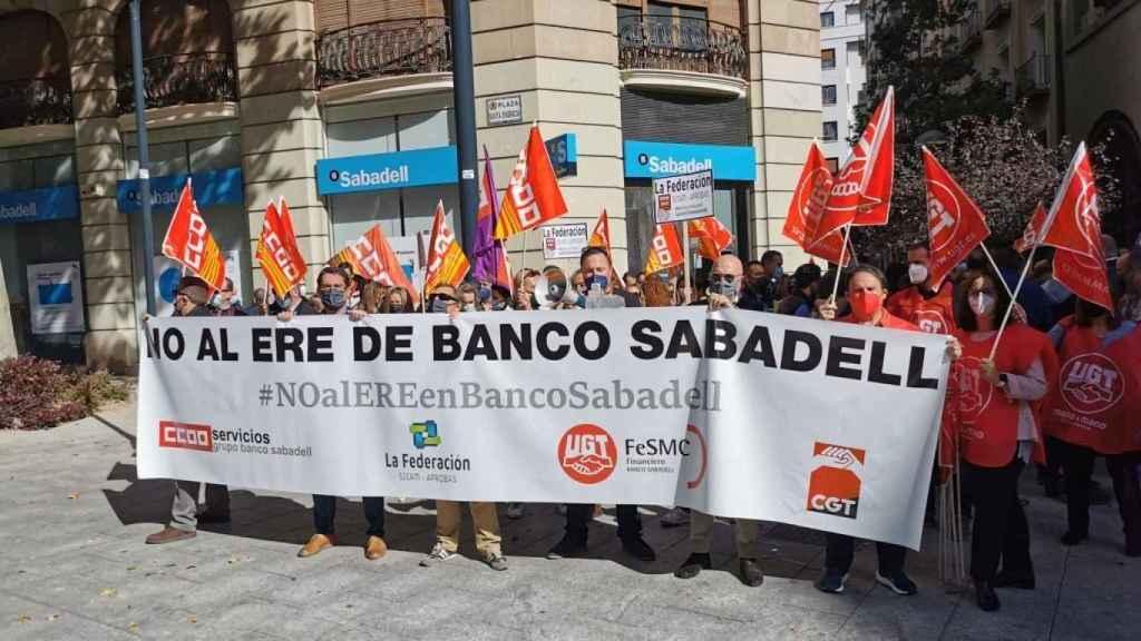 Trabajadores de Sabadell protestan frente a una oficina del banco este miércoles en Zaragoza.