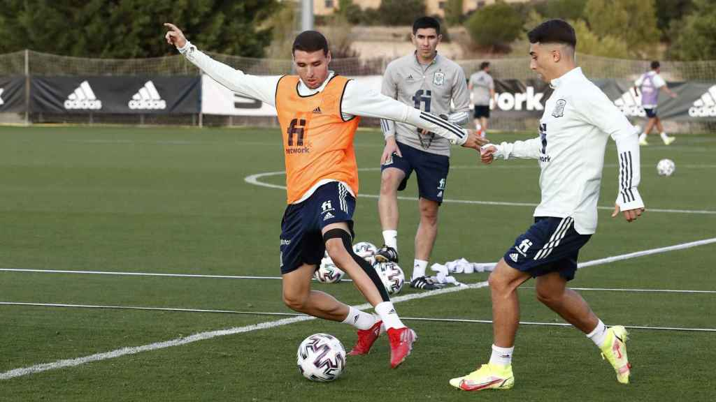Abel Ruiz y Raúl Moro, en un entrenamiento con la selección española sub21