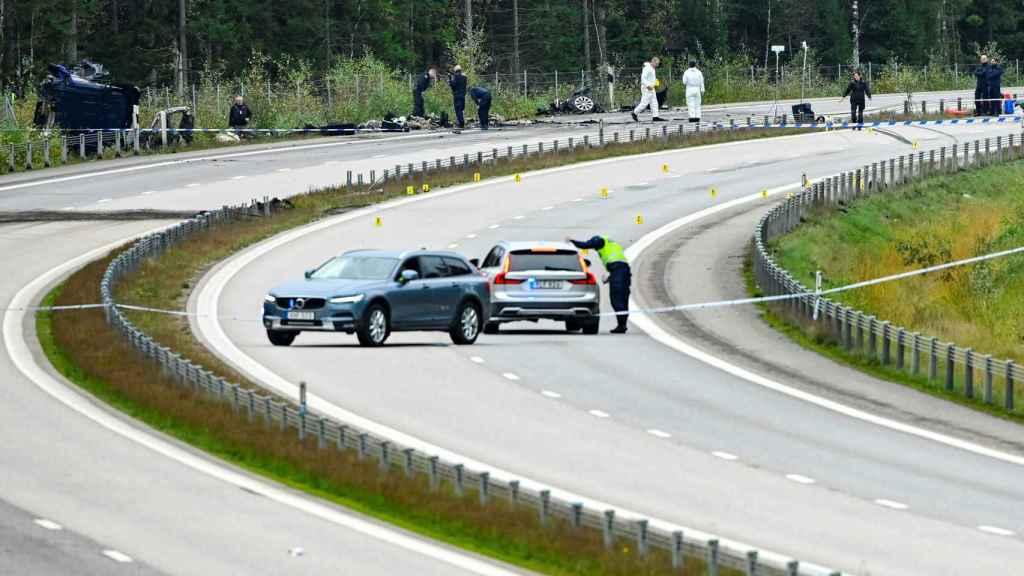 Los forenses examinan el vehículo y la zona en la que se produjo el accidente en el que murió Lars Vilks.