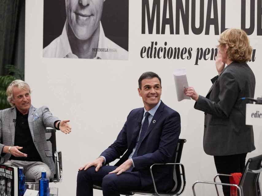 Mercedes Milá junto a Pedro Sánchez durante la presentación del libro 'Pedro Sánchez. Manuel de resistencia'.