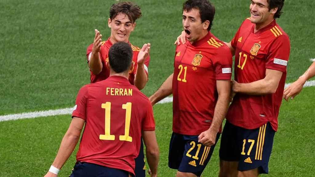 Gavi festeja con Ferran Torres el gol de España
