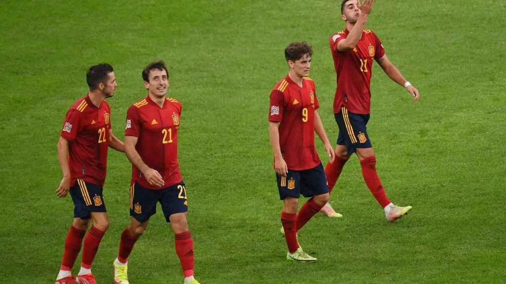 Los jugadores de la selección española vuelven al centro del campo tras el gol a Italia