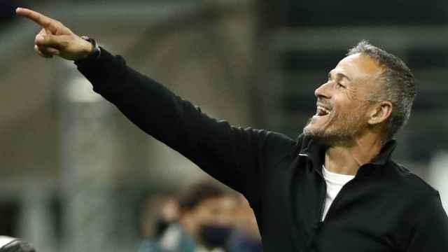 Luis Enrique señalando a un jugador durante un partido de la Selección