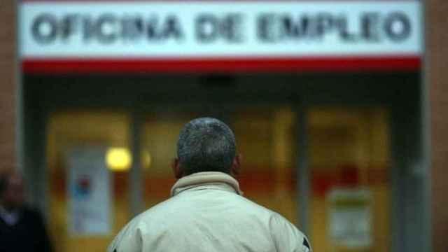 Un desempleado frente a una oficina de empleo.