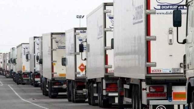 Imagen de archivo de una fila de camiones