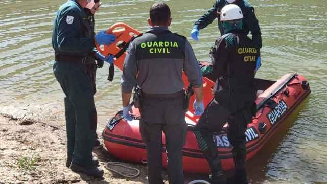 Momento en el que el Grupo GEAS recupera el cuerpo en el embalse de Ricobayo
