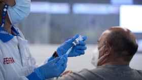 Una persona recibe una dosis de la vacuna contra la Covid.