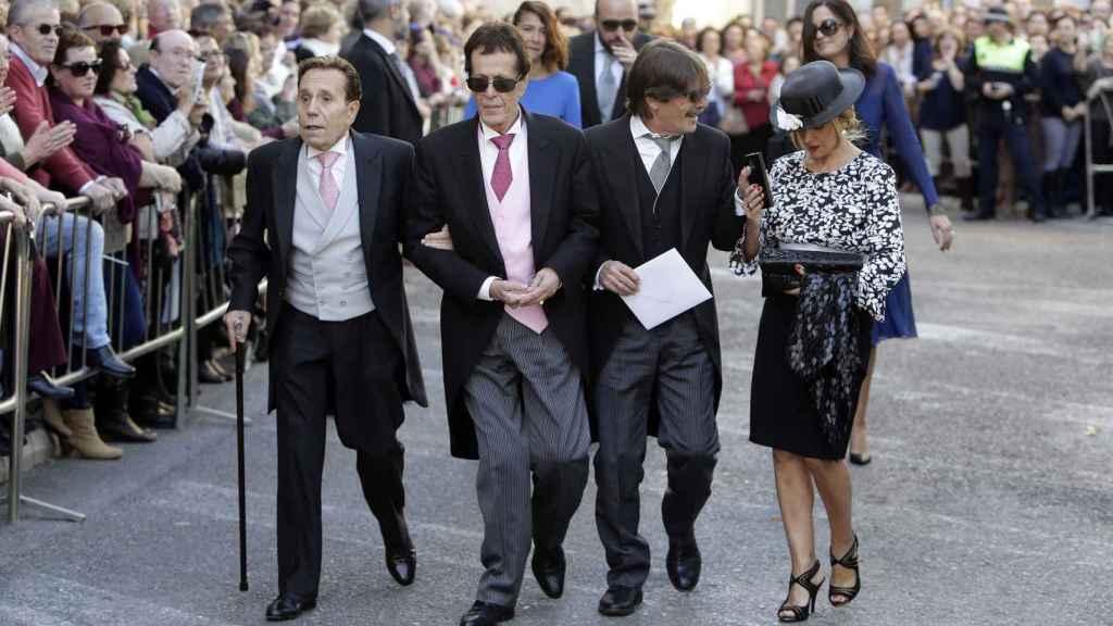 Hilario López Millán junto a Pive Amador y su marido Alberto en la boda de Cayetano Rivera y Eva González.