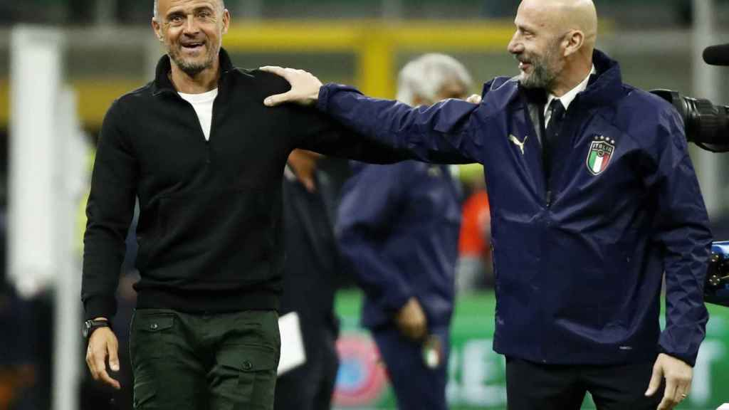 Luis Enrique se saluda amistosamente con Gianluca Vialli