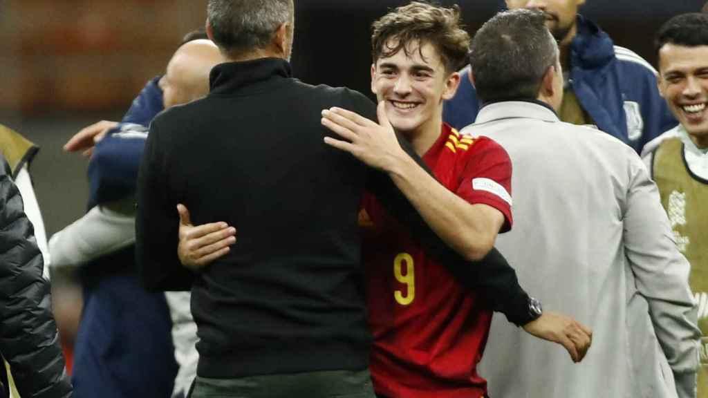 Luis Enrique abrazándose con Gavi tras ganar a Italia
