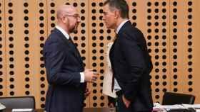 Pedro Sánchez conversa con el presidente del Consejo Europeo, Charles Michel, durante la última cumbre en Eslovenia