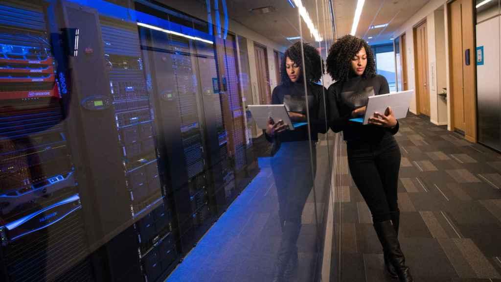 Una trabajadora en un centro de datos.