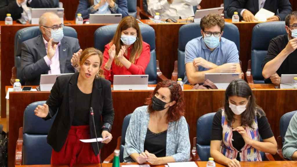 La portavoz de Más Madrid en la Asamblea, Mónica García (i), interviene en el Pleno de la Asamblea de Madrid.