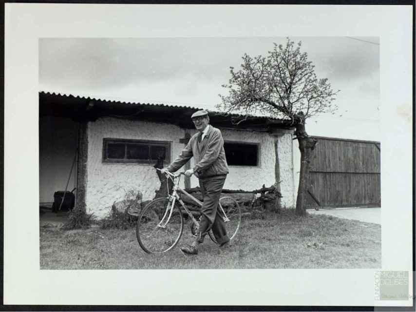 Miguel Delibes, junto a su bicicleta
