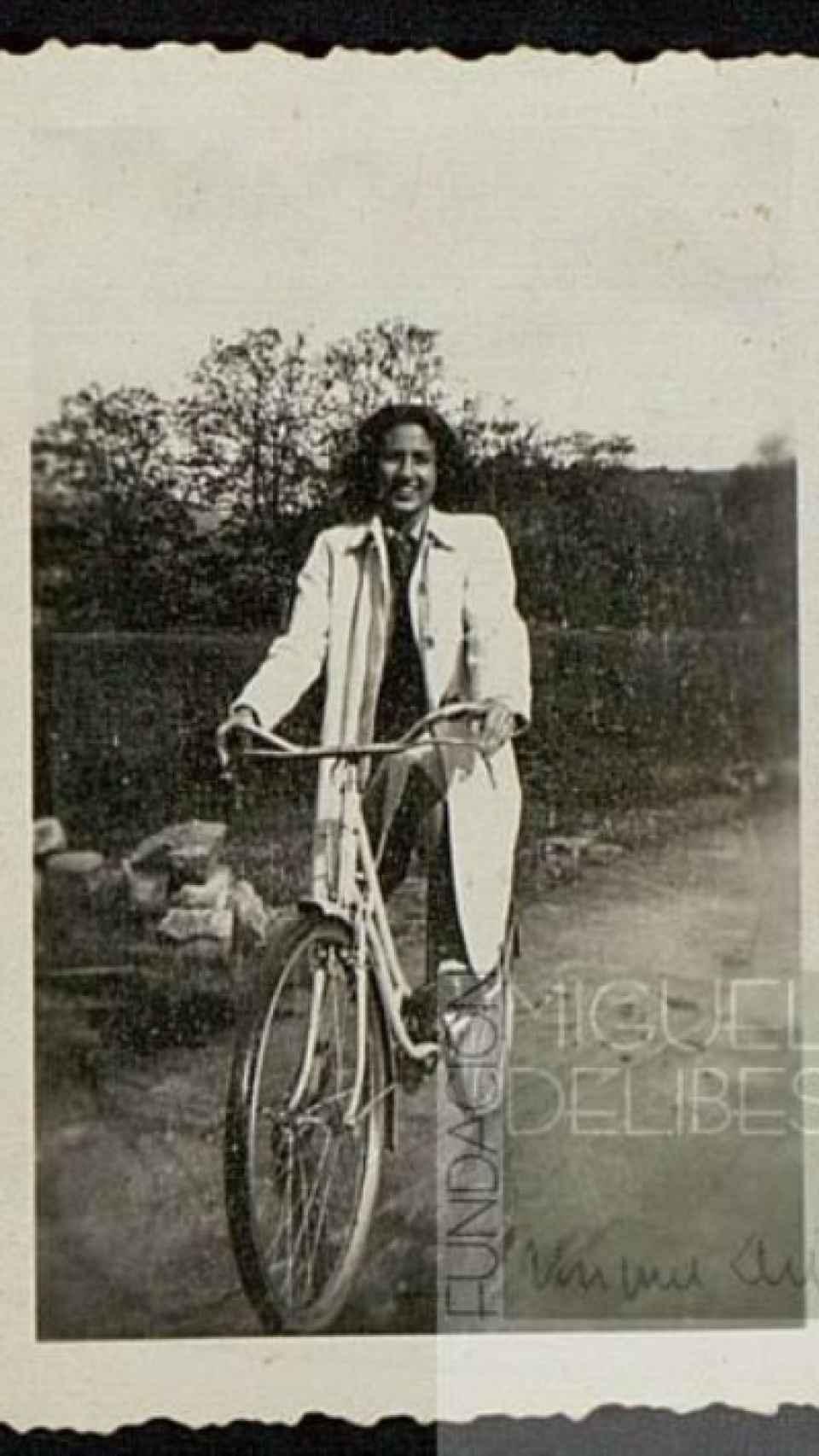 Ángeles de Castro, montada en su bicicleta